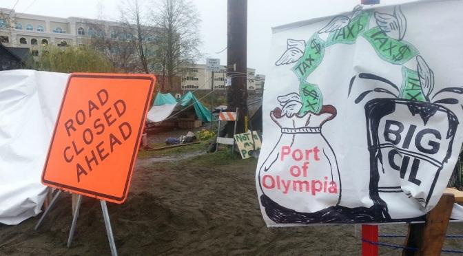 Humor in Activism: Washington Protestors Temporarily Stop Fracking Web1_161114-sea-news-olyrailroadprotest1